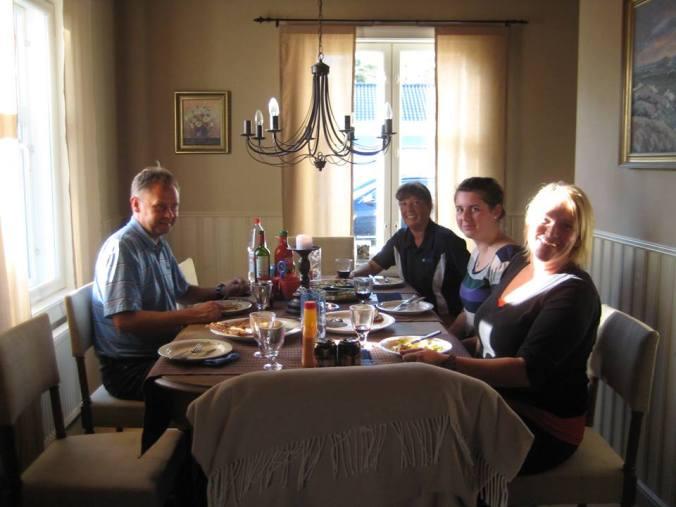 Dora på middage med kollegor från kommunen